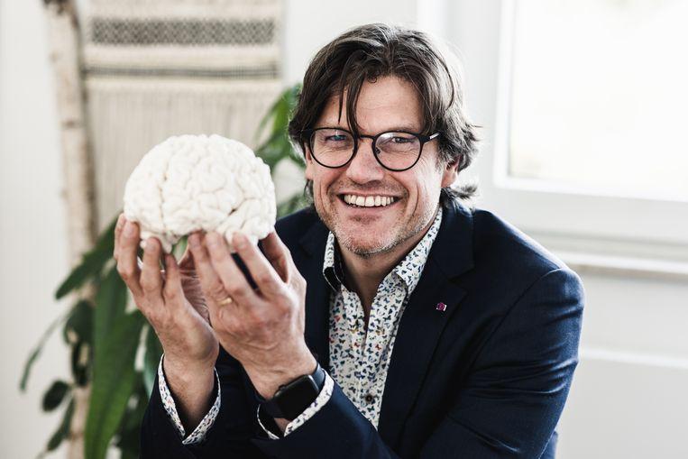 Neuroloog Steven Laureys: 'Door de complexe wisselwerking tussen geest en brein ontstaat een cognitieve verandering die mensen trager, zweverig en minder scherp doet denken.' Beeld Tine Schoemaker