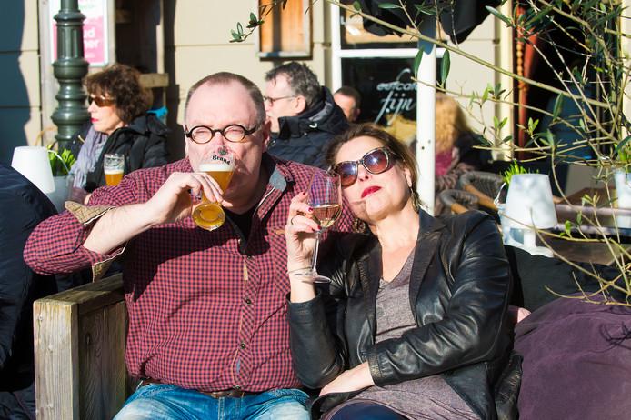 Genieten van een drankje op een Apeldoorns terras terwijl artiesten aan je voorbijtrekken, dat kan op 5 augustus tijdens de eerste editie van de Apeldoornse Terrassen Parade.