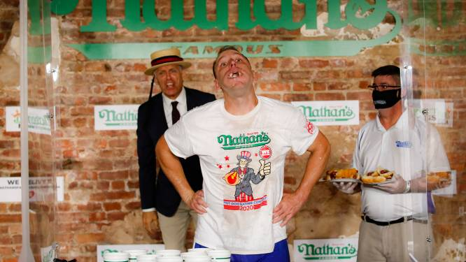 75 worstenbroodjes in tien minuten: kampioen hotdogs eten breekt eigen record