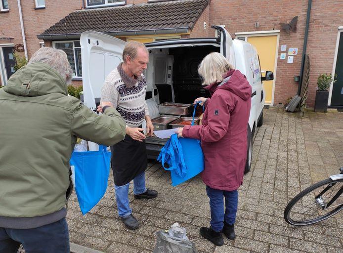 Vrijwilligers gaan op pad met soepjes voor mantelzorgers.