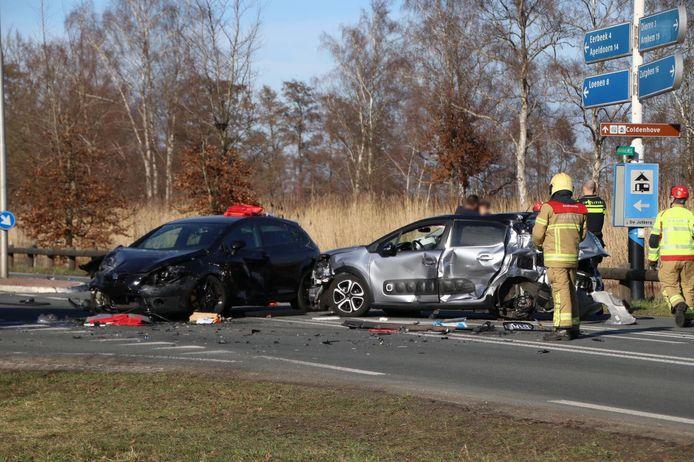 De situatie op de Kanaalweg bij Laag-Soeren kort na het ongeluk.