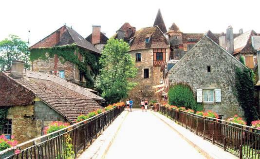 Het schattige Carennac rij je binnen via een schilderachtig bruggetje over de Dordogne.