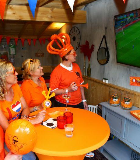 Deze Oranjefans uit Hei- en Boeicop kijken thuis met vrienden naar het Nederlands elftal