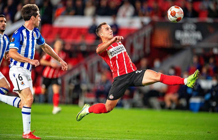 Mario Götze, maker van de eerste PSV-goal, strekt zich naar de bal. Beeld Guus Dubbelman / de Volkskrant