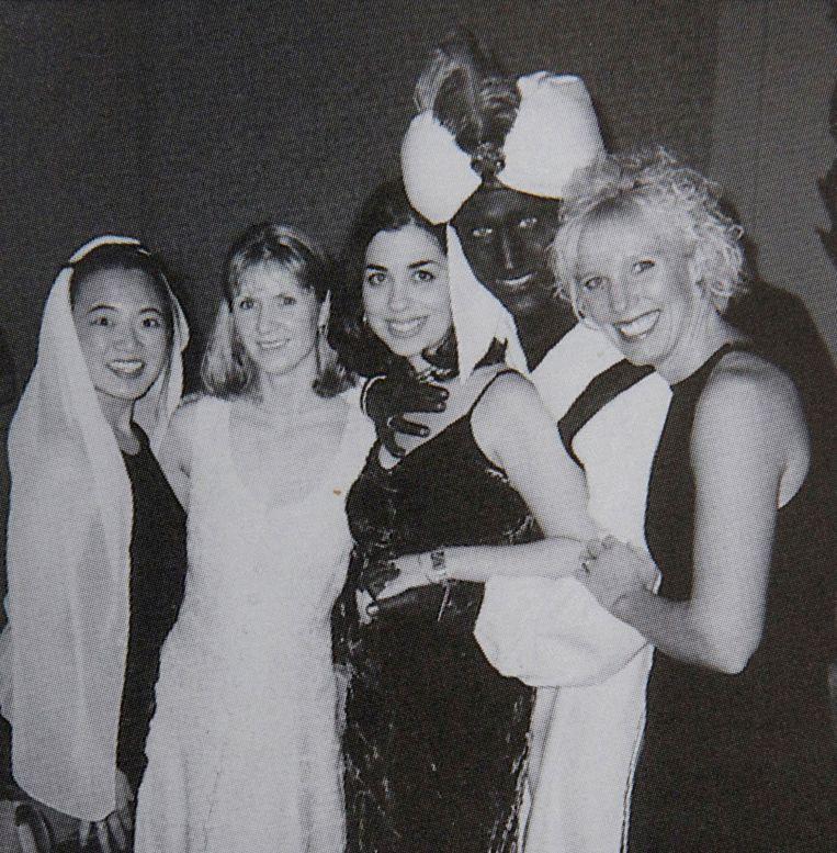De Canadese premier Justin Trudeau poseert in 2001 als Aladdin met blackface tijdens een Arabian Nights-party.  Beeld Reuters