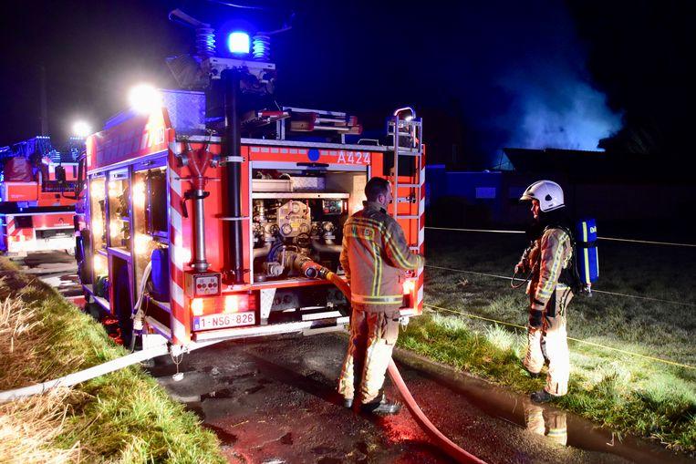 Het was een felle brand die woedde in de alleenstaande loods waar de brandweer uiteindelijk een cannabisplantage aantrof.