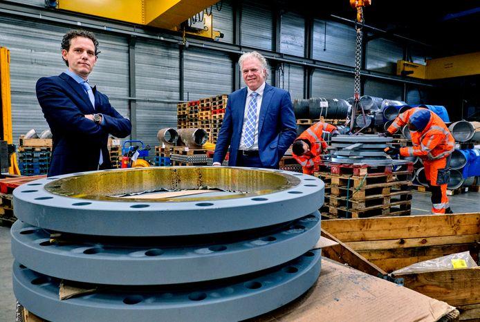 Michel Borsboom (links) en Jean-Philippe van den Berg verhuizen Dylan Steel van Oud-Beijerland en Oud Gastel naar Dordrecht. ,,Je kunt niet ontkennen dat er in Dordrecht veel gebeurt.''