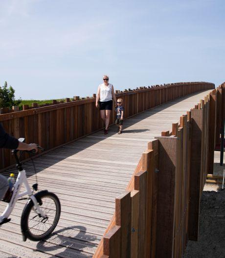 En hij staat! De voetgangersbrug naar het strand van Nieuwvliet is in gebruik