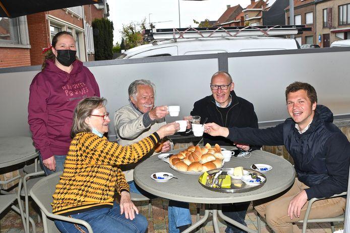 Burgemeester Jan Seynhaeve en ex-schepen Bernard Galle heffen de kopjes samen met Andrea 'Metje' Lernou.