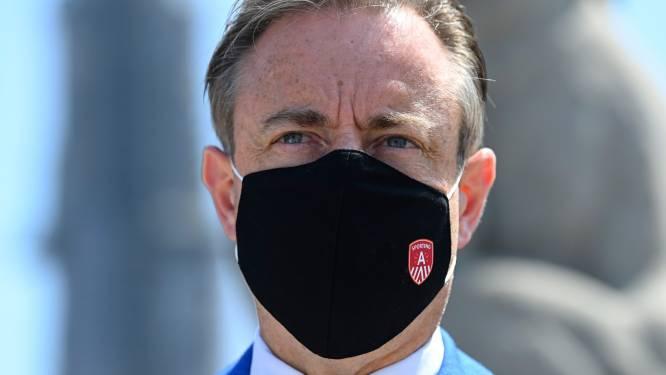 """De Wever """"fluitend"""" naar onderzoekscommissie over PFOS-vervuiling"""