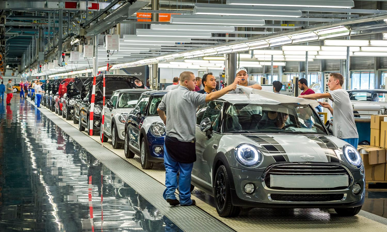 Ook autofabrikant VDL Nedcar in het Limburgse Born voelt de gevolgen van de handelsoorlog.