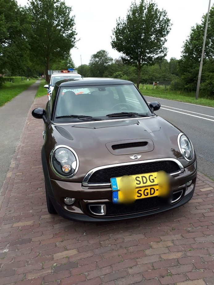 De politie trof in Wierden een auto aan met twee verschillende kentekenplaten.