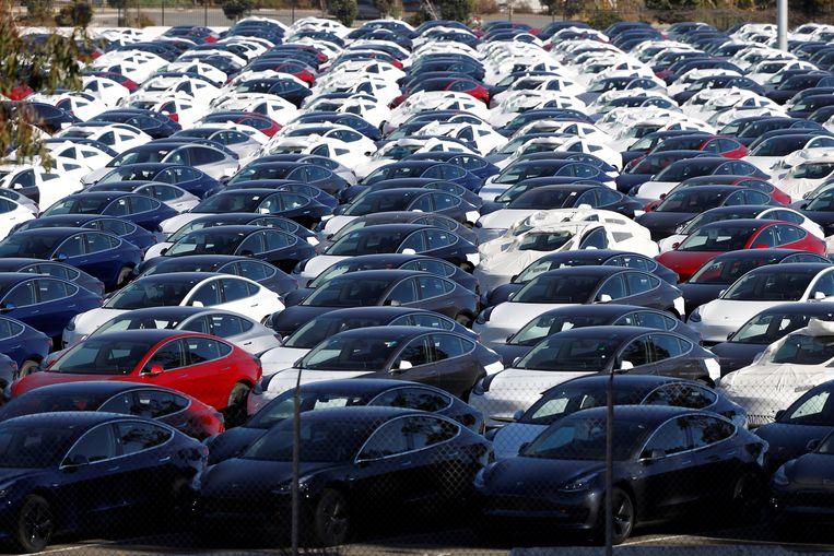 Een parking vol Tesla's.