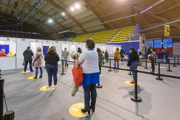Voorlopig telt het vaccinatiecentrum in het Indoor Sportcentrum aan de Aalsterweg vijf vaccinatielijnen. Waarschijnlijk wordt dit aantal in de komende maanden uitgebreid.