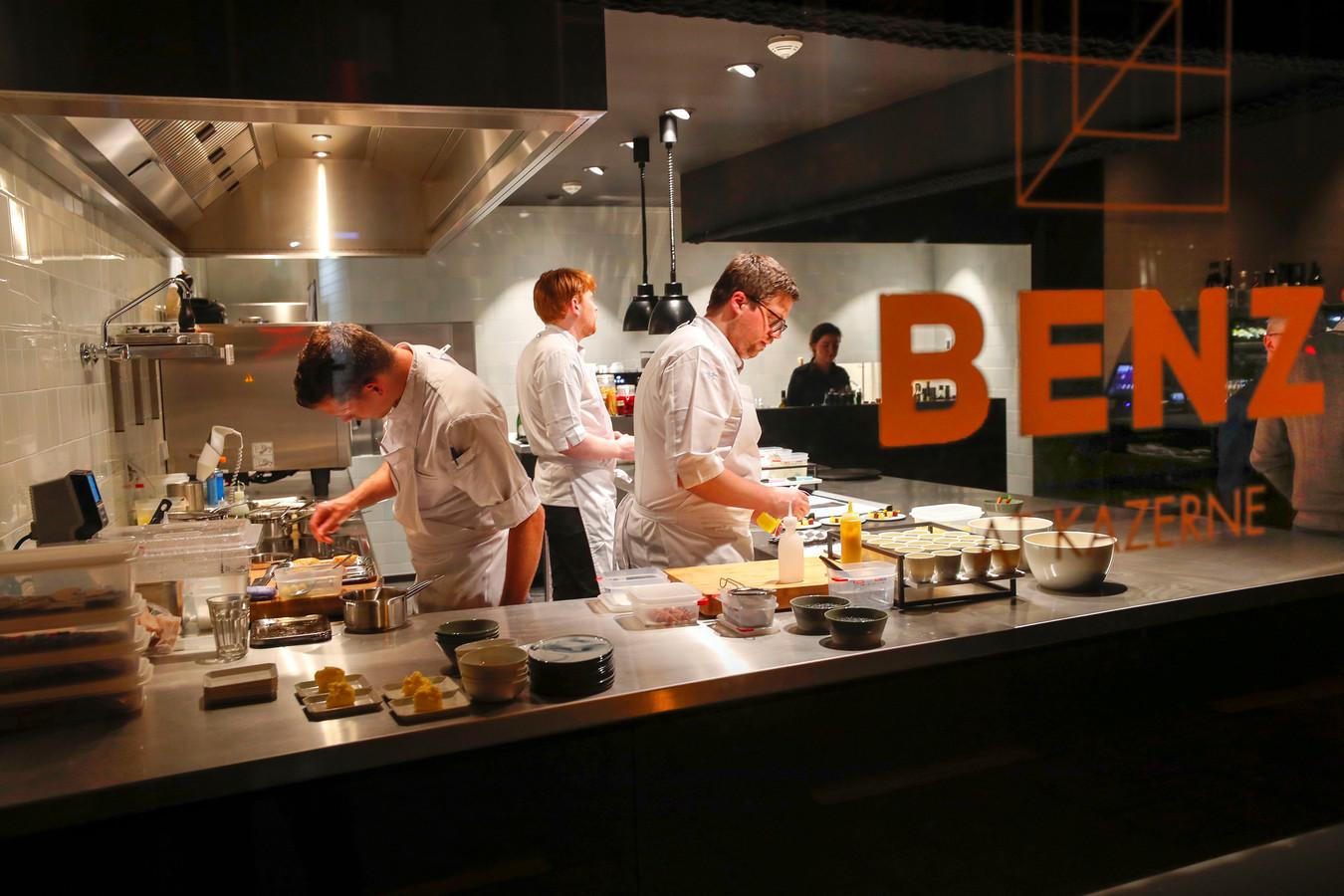 De open keuken van restaurant Benz in De Kazerne is vanaf de straat goed te zien.