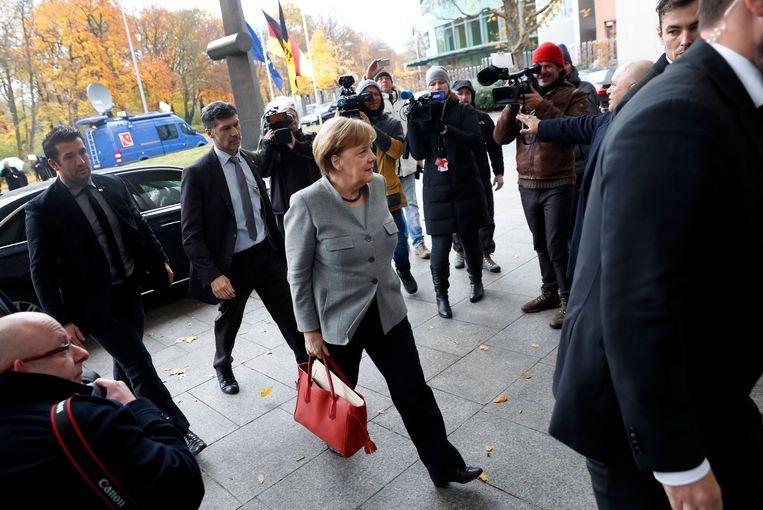 Angela Merkel op weg naar de coalitiebesprekingen met de Groenen en FDP. Beeld EPA