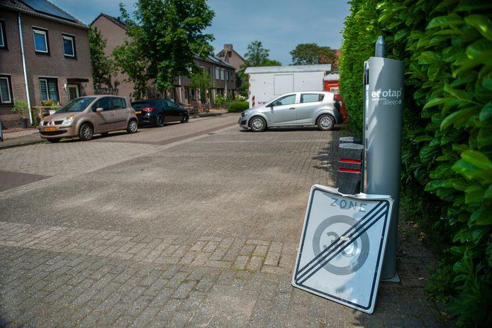 De beschadigde laadpaal aan de Dr. De Ridderhof in Hedel