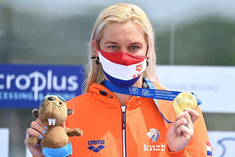 Sharon van Rouwendaal tijdens de huldiging in het Hongaarse Budakalsz na haar gouden race op de vijf kilometer.  Beeld EPA