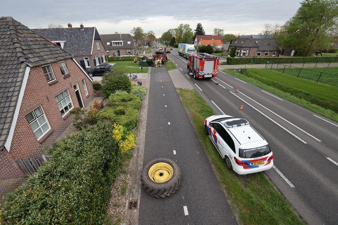 Op de voorgrond het wiel, op de achtergrond naast de brandweerauto de trekker.
