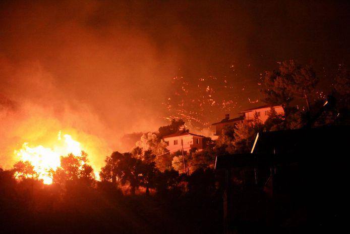 Une photo prise le 3 août 2021 montre des flammes s'élevant d'un incendie qui se propage dans la ville d'Oren, sur la côte égéenne, près de Milas, dans la région touristique de Mugla, alors que la Turquie lutte contre les incendies de forêt les plus meurtriers depuis des décennies.