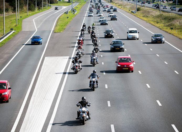 Motoren rijden in groepjes op de A12 op en neer tussen Utrecht en Den Haag.