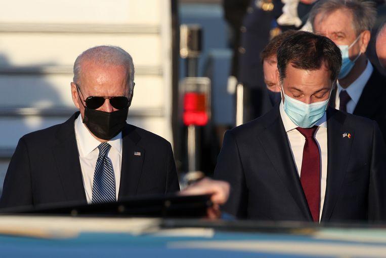Premier De Croo begeleidt de Amerikaanse president na diens landing op Melsbroek. Beeld EPA