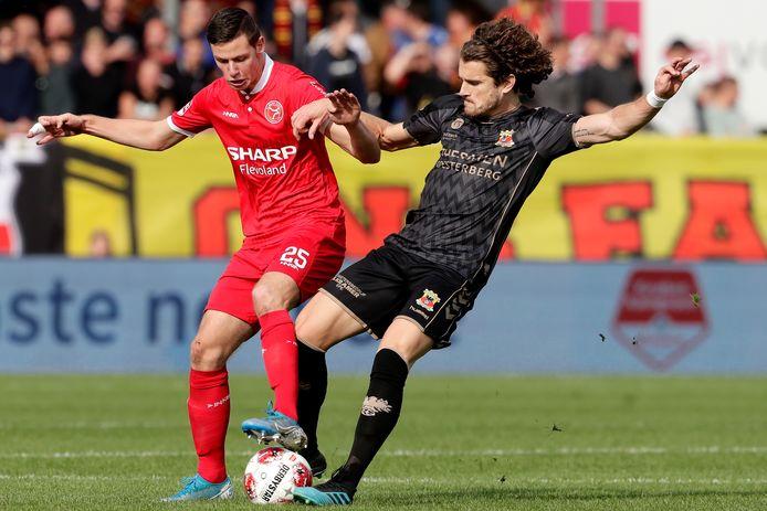Nick Venema namens Almere City FC i duel met Mael Corboz van Go Ahead Eagles, in de editie van 2019.