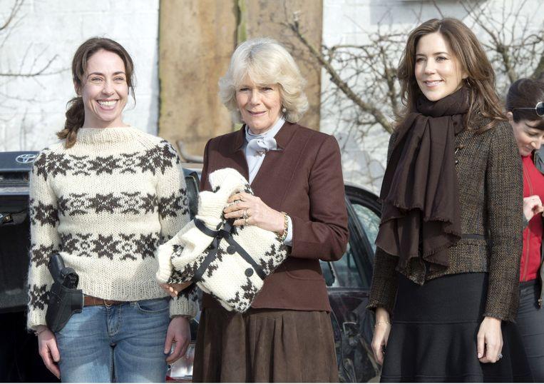 Van links naar rechts: Sofie Grabol (Sarah Lund), Camilla en de Deense prinses Mary in 2012 op de set van 'The Killing' met de beroemde wollen trui.   Beeld Tim Rooke, Rex Features/Hollandse Hoogte