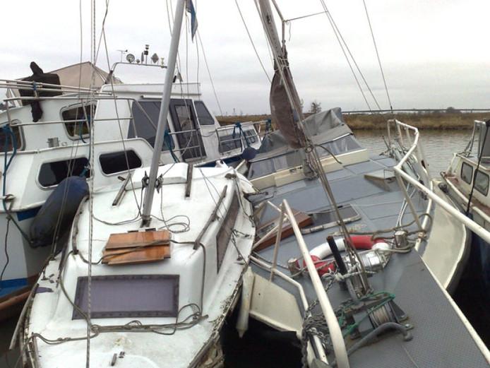 Beschadigde boten bij de jachthaven van Jason in 2009.