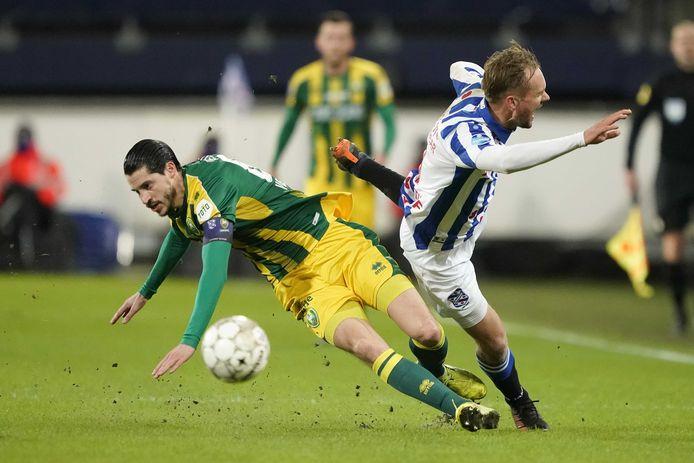 Marko Vejinovic gaat onderuit in duel met Siem de Jong. De ADO-captain ging later gruwelijk in de fout bij de 2-0.