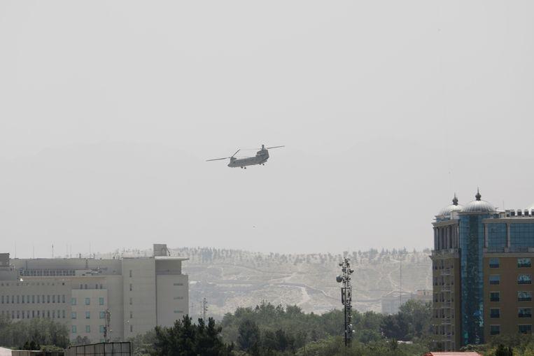 Helikopter Chinook Amerika terbang di atas Kabul.  Evakuasi Amerika berlanjut dengan cepat dengan Taliban mengejar di semua lini jauh lebih cepat dari yang diperkirakan.  gambar AP