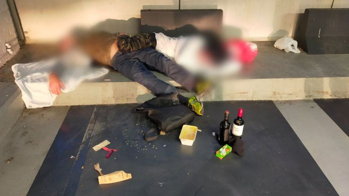 De foto van twee daklozen die een Rotterdamse wijkagent op Twitter deelde met een boodschap over poepende en plassende EU-migranten.