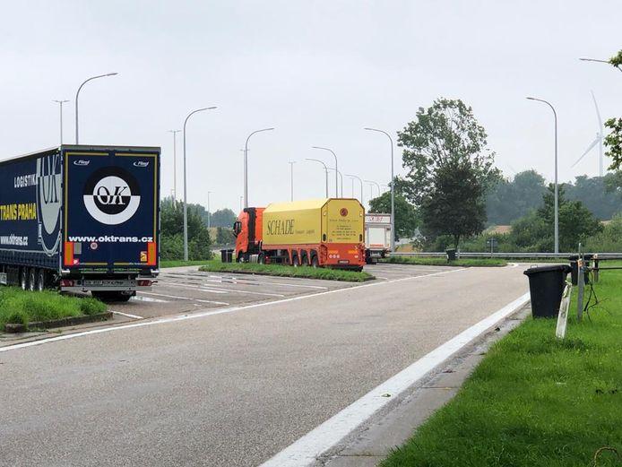 Stad Landen blijf kampen met transmigrantenprobleem aan brug E40 en snelwegparking. Volgens Gino Debroux, burgemeester van Landen, zou de beperkte veiligheidsinfrastructuur migranten aantrekken.