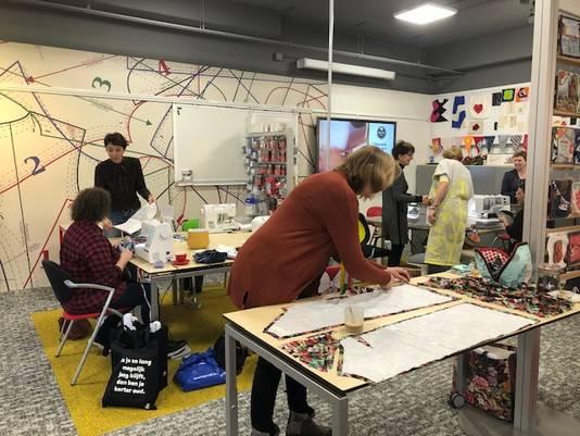 Al vroeg in de ochtend loopt het vol bij Inge Naaimachines in Eindhoven. Mensen komen voor een workshop, of gaan achter een naaimachine zitten om iets uit te proberen of een machine te testen. .