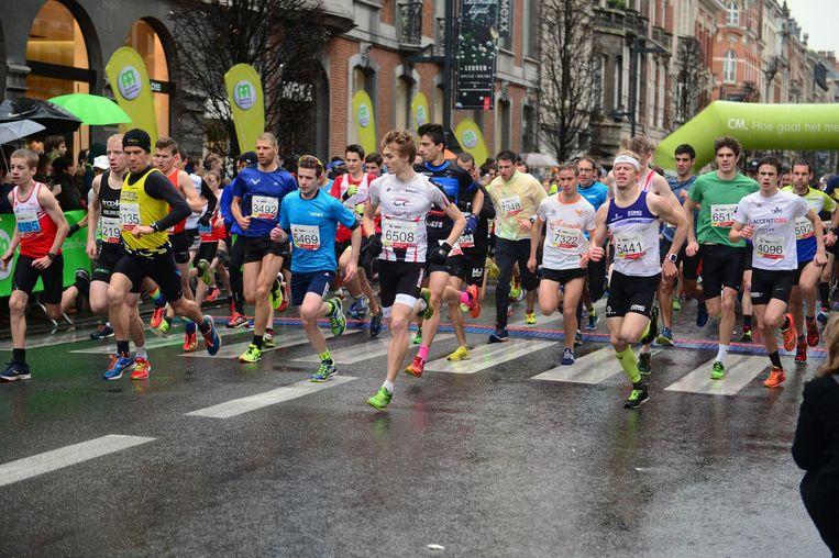 Veel volk aan de start van de 8 kilometer. Voor alle afstanden samen trokken maar liefst 6.500 sportievelingen hun sporttenue aan, waarvan 2.500 voor de 8 kilometer.