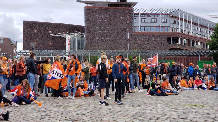 Oranjefans op het plein.