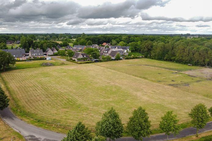 Op dit braakliggende terrein aan de Poeleweg in IJhorst moet de nieuwe woonwijk komen.