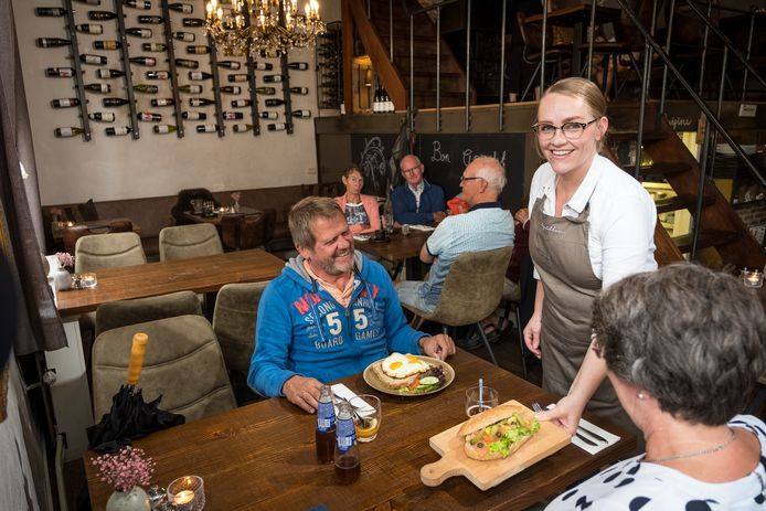 Liesbeth Toes van restaurant Le Papillon in Elburg brengt gasten hun lunch. In de eetgelegenheid in de Vesting wordt van personeel verwacht dat ze Engels kunnen spreken.