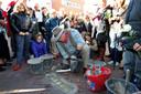 Kunstenaar Gunter Demnig plaatst in 2012 struikelstenen in de Voorstraat in Hardenberg voor huizen waar Joden hebben gewoond.