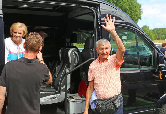 Juliaan Van Ginderdeuren zwaait zijn collega's uit.