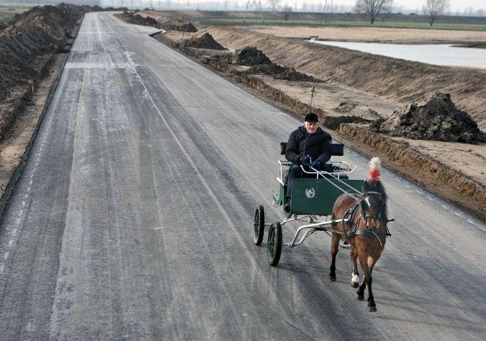 Piet van Oijen met zijn paardje op de nieuwe Maas en Waalweg bij Beneden-Leeuwen, begin 2011. Bovenin de toekomstige parkeerplaats waar je over natuur kunt uitkijken.