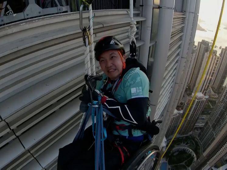 Man beklimt wolkenkrabber in Hongkong met zijn rolstoel