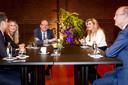 Koningin Maxima is in gesprek met voorzitter Klaas Knot en finalisten van de Koning Willem I prijs in de Beurs van Berlage. De stichting zet zich in om de nationale economie nieuwe impulsen te geven en daarmee het aanzien van het Nederlandse bedrijfsleven te vergroten.