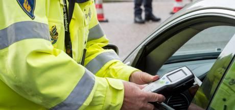 Bosschenaar botst tegen auto van politie en 'saboteert' ademanalyse