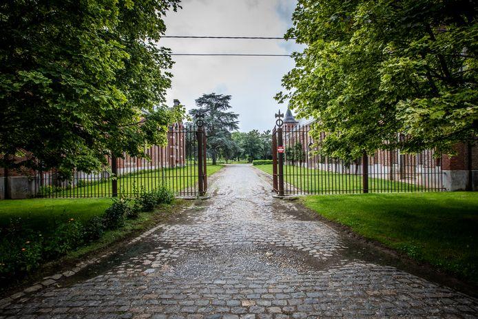 Hier stond vroeger het kasteel van Mechelen-Bovelingen. Nu blijven enkel de bijgebouwen over.