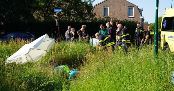 Motorrijder belandt gewond in sloot na botsing met auto in Gilze.