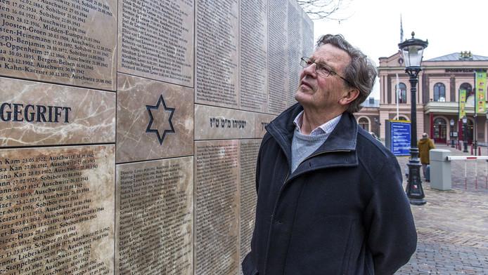 Wim Rietkerk bij het Joods Monument. Hij reageert onaangenaam verrast als hij hoort dat namen niet kloppen.