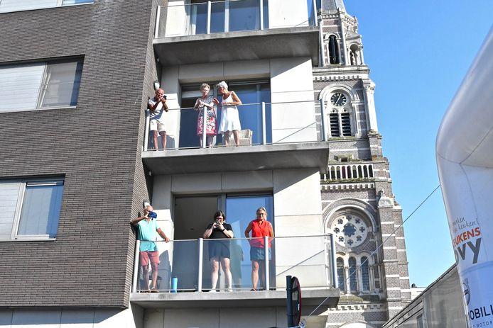Ook vanop de balkons werd er genoten van de koers.