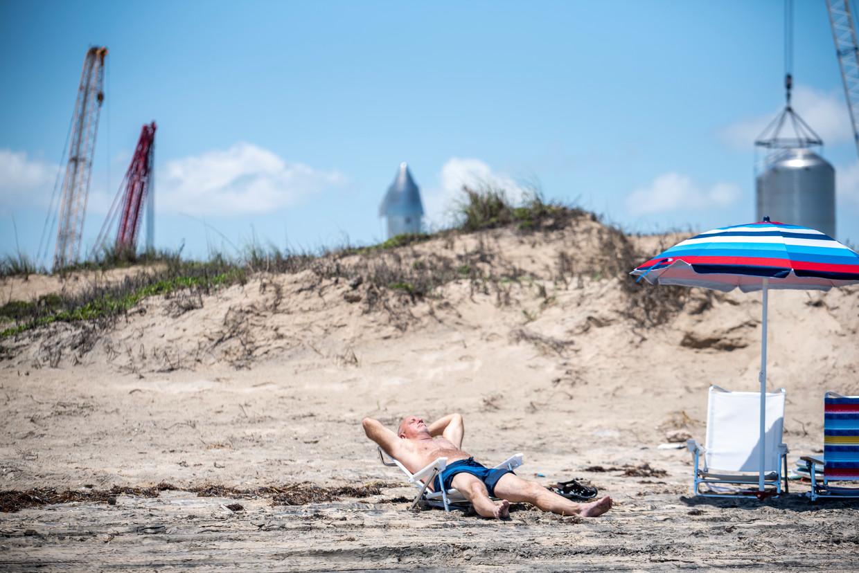 Allen Bailey geniet van de zon op het strand van Boca Chica met een prototype van een SpaceX -raket op de achtergrond. Beeld Sergio Flores
