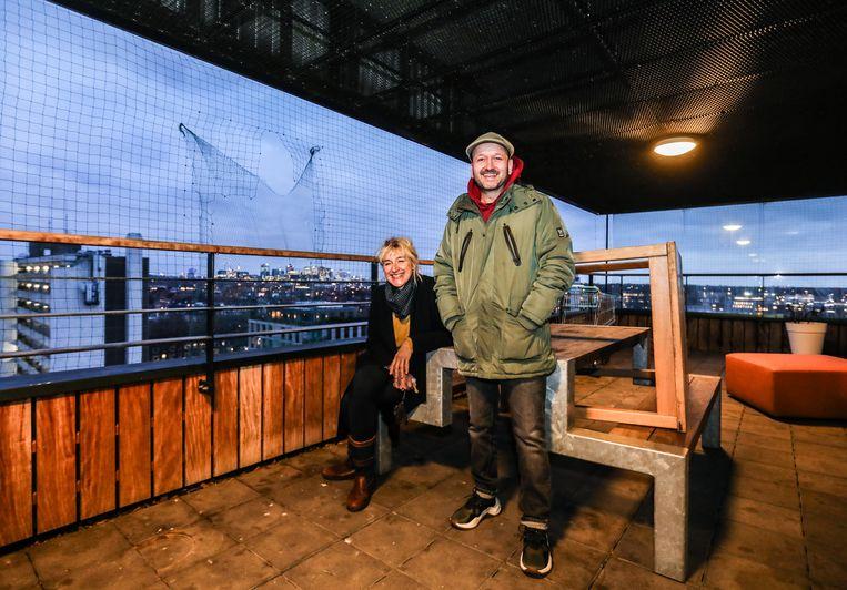 Een groener balkon kan hun pittige doelgroep helpen, denken Zwanine Siedenburg (links) en Jisvi Engels. Beeld Eva Plevier